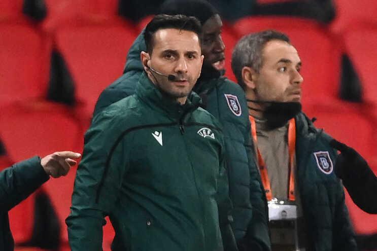 UEFA suspende árbitro do PSG-Basaksehir