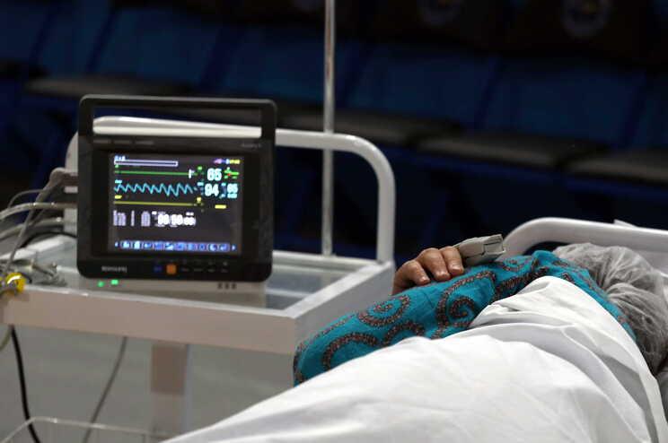 Mais doentes graves em dia com cinco mortes e 713 casos de covid-19