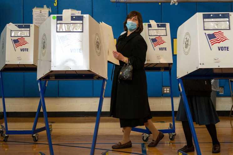 Urna de voto em escola pública de Nova Iorque