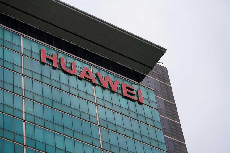 Trump levanta bloqueio comercial à Huawei