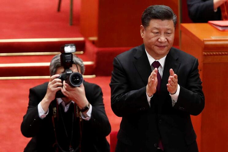 epa07237930 Chinese President Xi Jinping (R) claps during a meeting held to celebrate the 40th anniversary