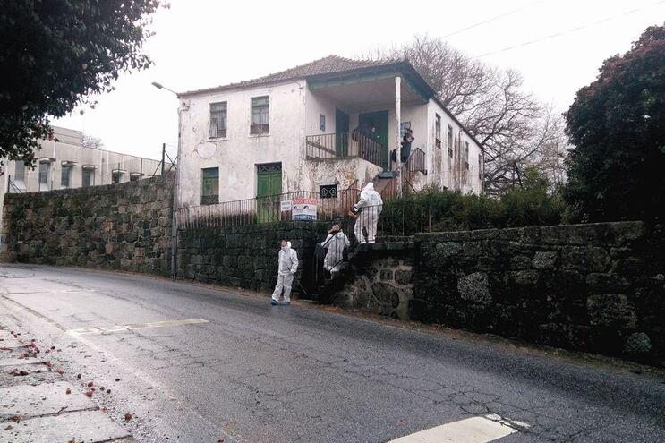 A vítima foi deixada a morrer nesta casa devoluta em Vila Meã, Amarante. A PJ recolheu indícios