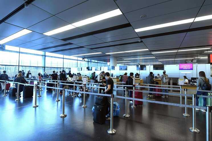Os viajantes da categoria laranja devem confinar-se se não obtiverem resultado negativo no teste de despistagem