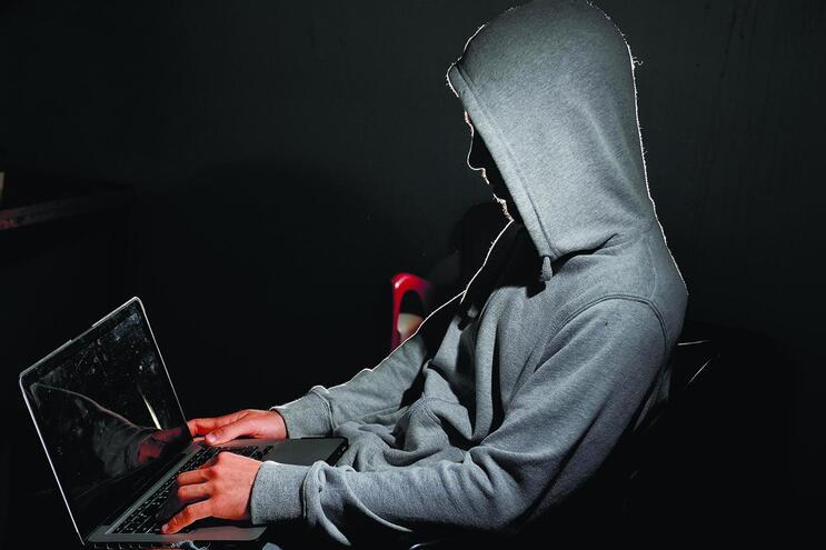 Hackers enviam emails ou SMS que encaminham as vítimas para falsos sites de bancos, deixando-as à sua