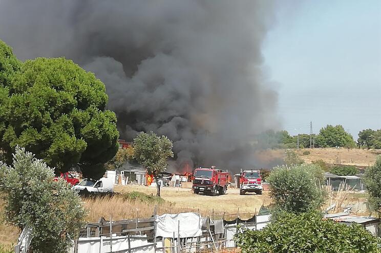 O incêndio terá tido origem numa zona de mato e alastrou-se para os arrumos agrícolas