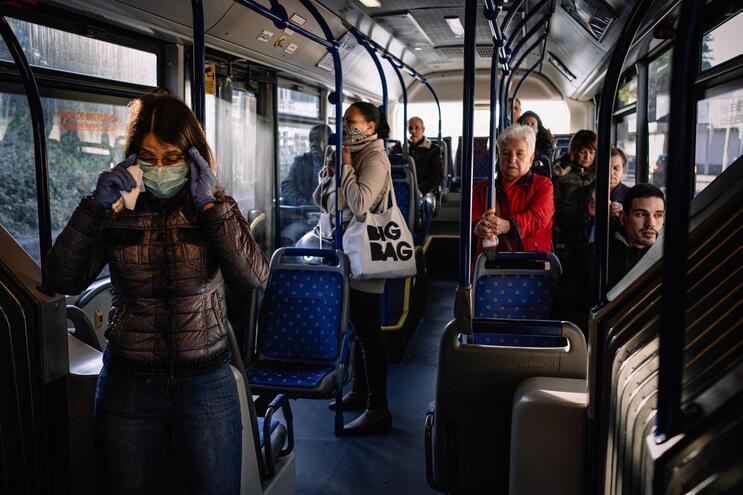 Uso de máscaras deverá ser respeitada no acesso aos autocarros.