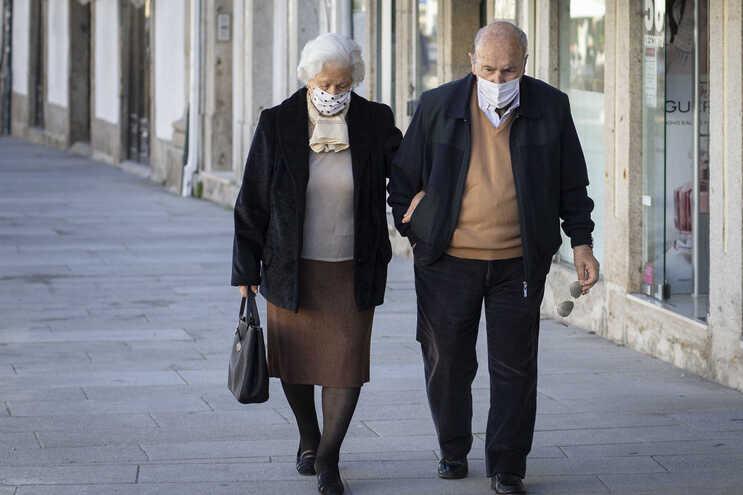 Máscaras no exterior vão ser recomendadas apenas em casos específicos