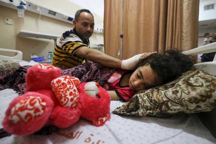 Palestiniano Ryad Eshkuntana com a filha, Suzy, num hospital em Gaza na sequência de um ataque israelita
