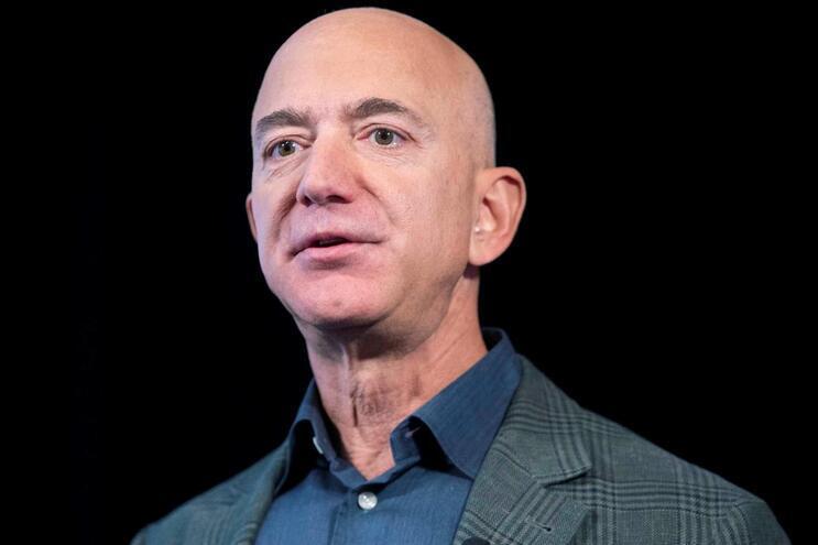 Fundador da empresa tecnológica Amazon, Jeff Bezos, é o mais rico do mundo. Este ano já ganhou mais 74