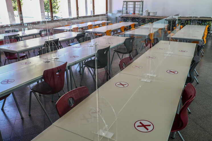 Governo corrige número de surtos nas escolas para 68