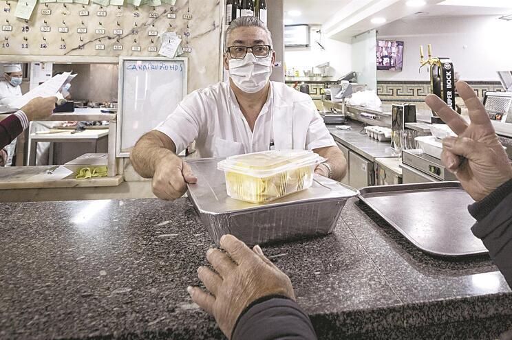 Restaurantes cobrarão um depósito pelas embalagens que entregam aos clientes. Se forem devolvidas, consumir
