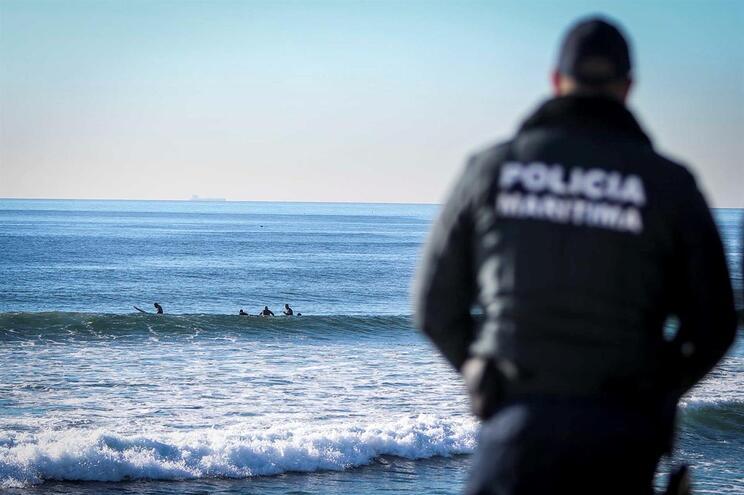 Surgimento de caravelas-portuguesas coloca Costa da Caparica em alerta