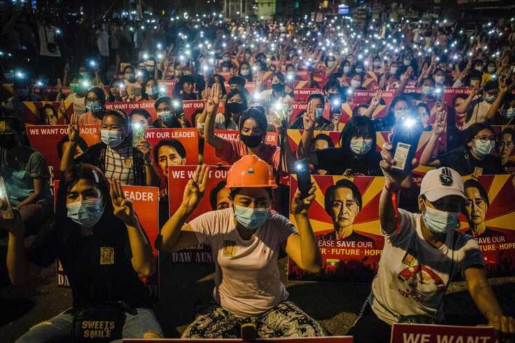 Maioria dos manifestantes são jovens que querem a libertação de Suu Kyi