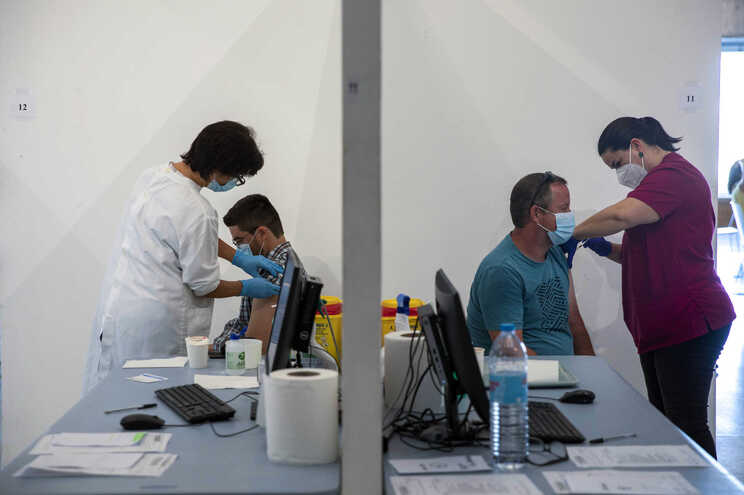 O processo permite aos cidadãos selecionarem o local e a data em que pretendem ser vacinados