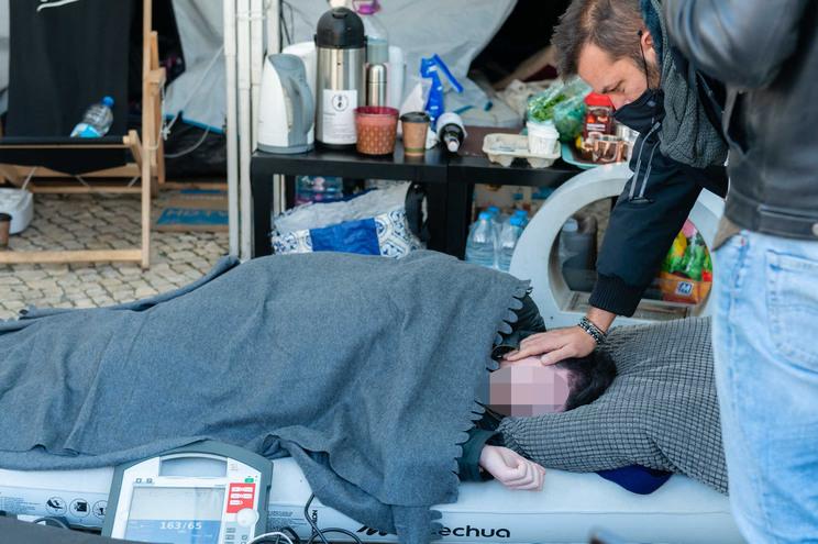 Manifestante em greve de fome perde a consciência