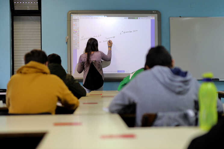 Representantes de professores queixam-se da omissão de dados necessários para que os docentes candidatos