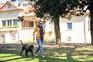Paula Correia com o seu cão no jardim da Praça Rainha Dona Amélia