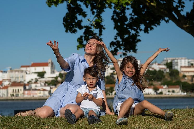 Patrícia Pereira com a filha Maria, que teve direito a uma celebração com o tema da Rapunzel na Charneca