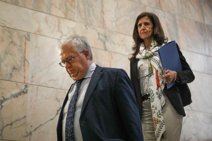 O ministro da Administração Interna, Eduardo Cabrita (E), acompanhado pela secretária de Estado da Administração