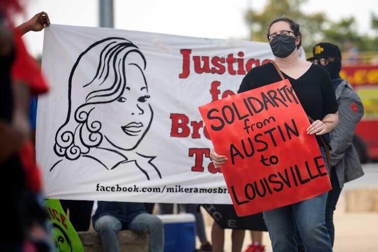 Nos últimos meses, milhares tem protestado nas ruas a exigir justiça pela morte de jovem afro-americana