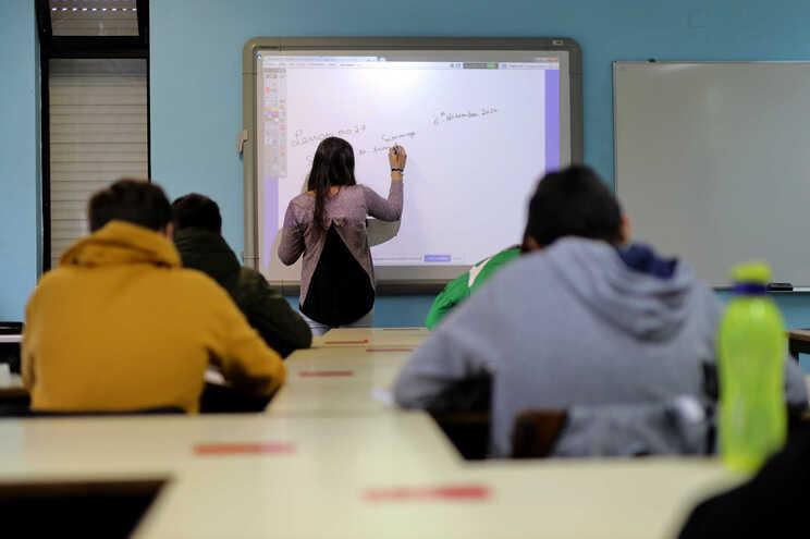 Inglês, Informática, Física e Química ou Geografia são dos grupos com mais vagas por preencher