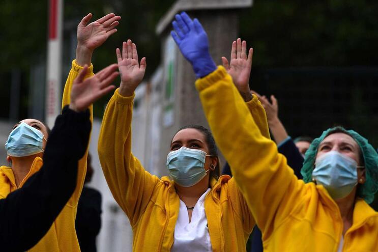 Os números diários indicam ainda que, nas últimas 24 horas, há 1.673 pessoas curadas