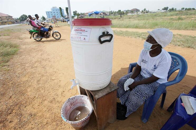 Posto portátil de lavagem das mãos, na Libéria