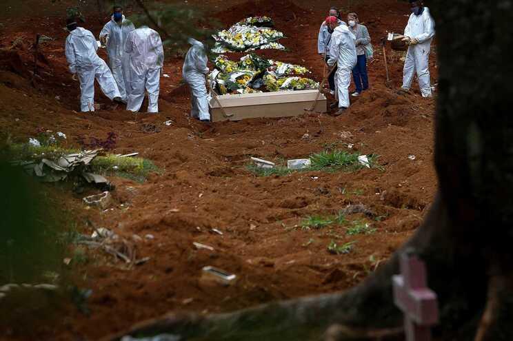 Falta de vontade política e resposta falhada à pandemia causa catástrofe no Brasil