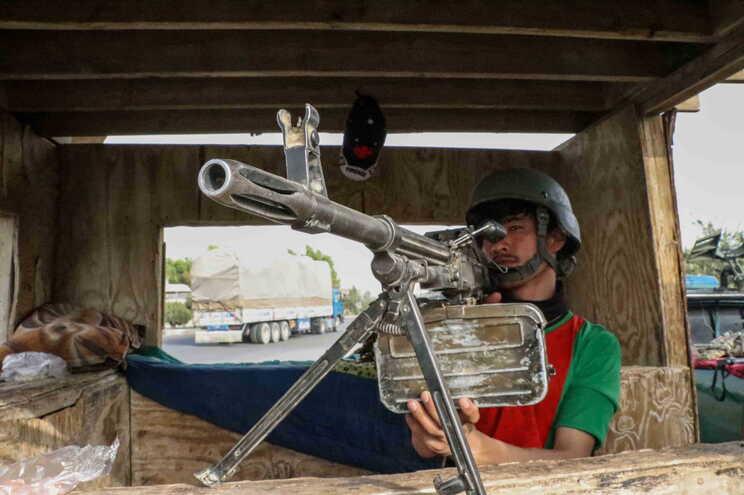 Militar afegão num posto de controlo em Kandahar