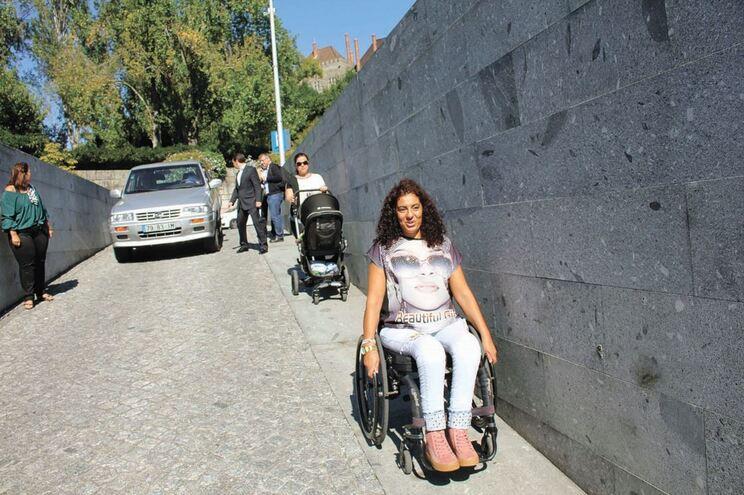 Rampa íngreme de acesso ao parque de estacionamento de Mumadona complica a vida a quem tem mobilidade