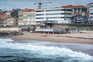 Construção polémica em betão sobre a praia do Ourigo