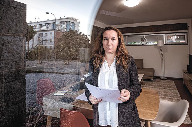 Aos 44 anos e com oito de serviço, Maria Santos ainda é contratada. Não deu aulas durante cinco anos