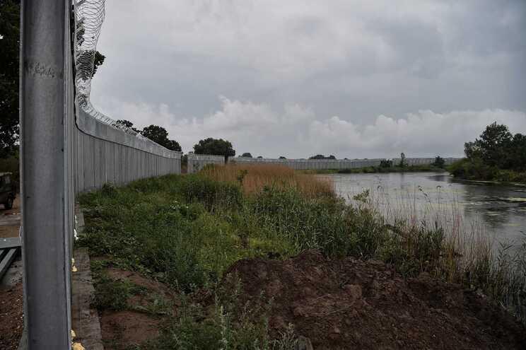 Fotografia tirtada a 8 de junho mostra a vedação ao longo da zona fronteiriça do rio Evros, na Grécia