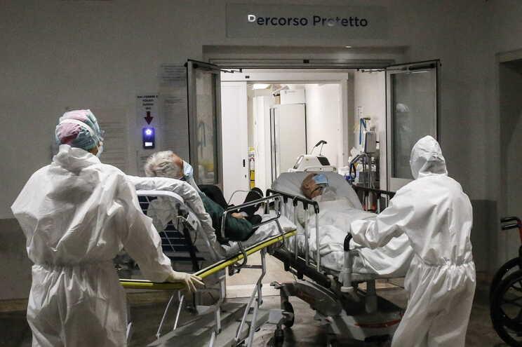 Há 33.043 pessoas hospitalizadas em Itália com covid-19
