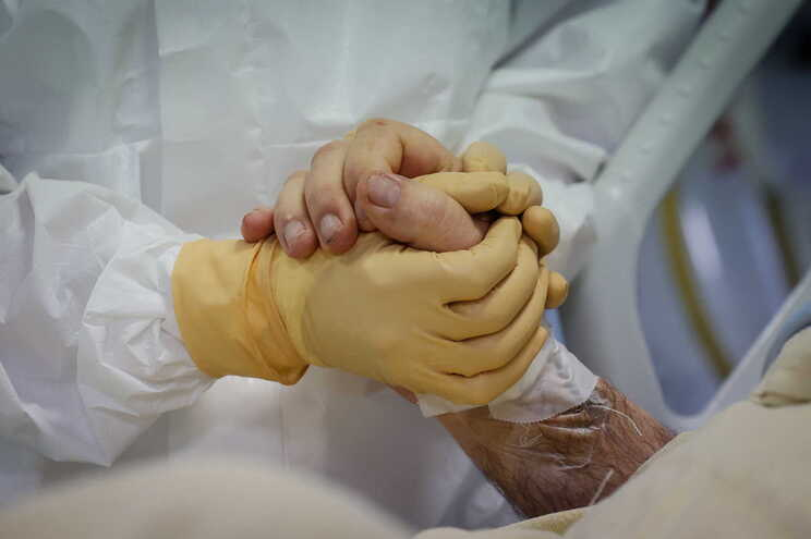 Menos mortes mas mais casos de covid nas últimas 24 horas