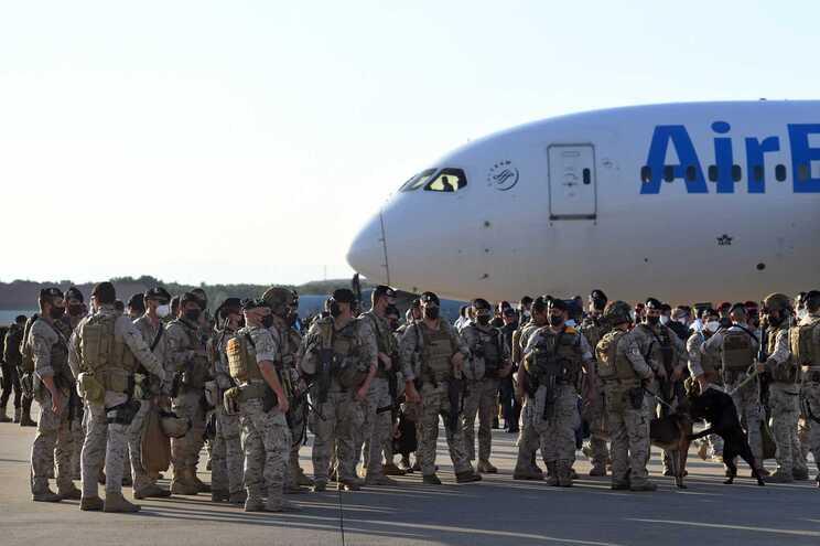 Neste voo, onde regressou o embaixador espanhol, Gabriel Ferrán, viajaram outros três diplomatas, 20