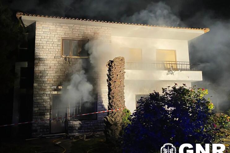 Militares da GNR e um civil entraram na moradia em chamas para salvar um idoso
