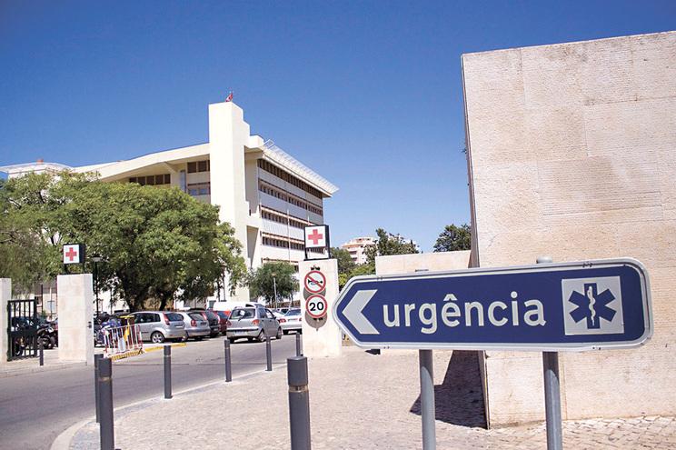 Hospitais do Algarve podem internar 250 doentes e só têm seis