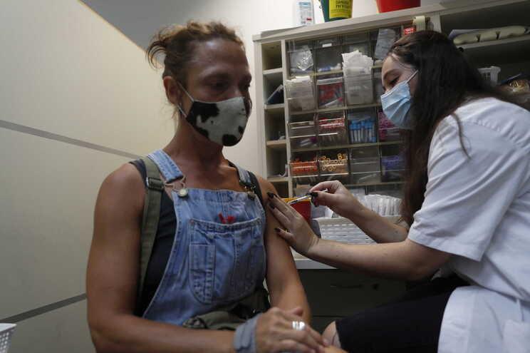 Mais de 1,5 milhões de pessoas já receberam a terceira dose em Israel