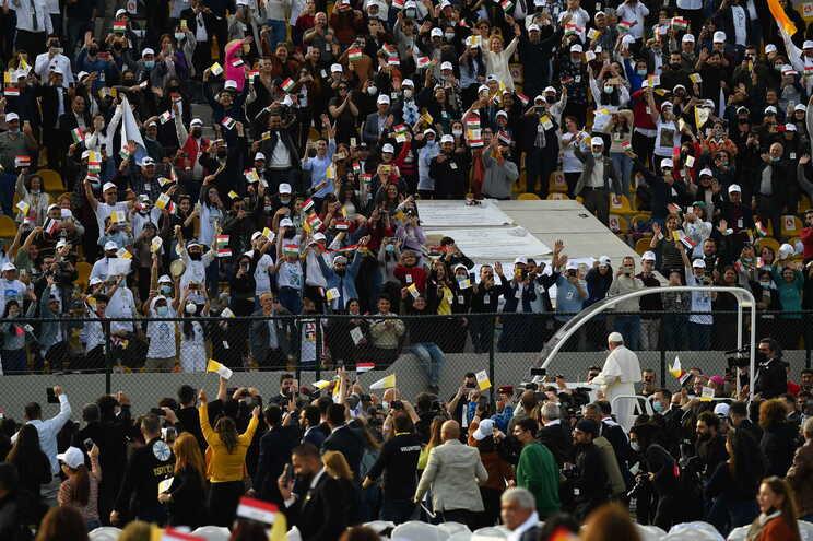 Durante a visita do Papa, milhares não cumpriram o distanciamento e estavam sem máscara