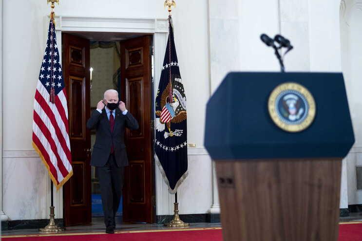 Durante o primeiro mês de mandato de Biden o ritmo de mortes diárias diminuiu