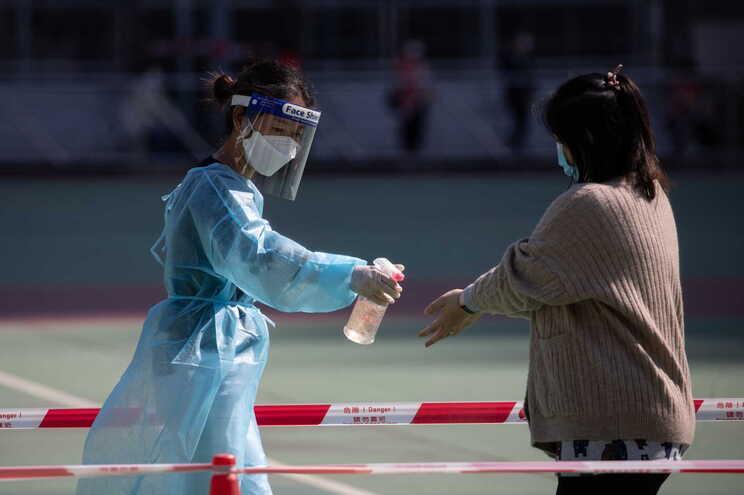 Nova variante do SARS-CoV-2 foi detetada numa mulher de 23 anos que regressou a Xangai (China) a 14 de