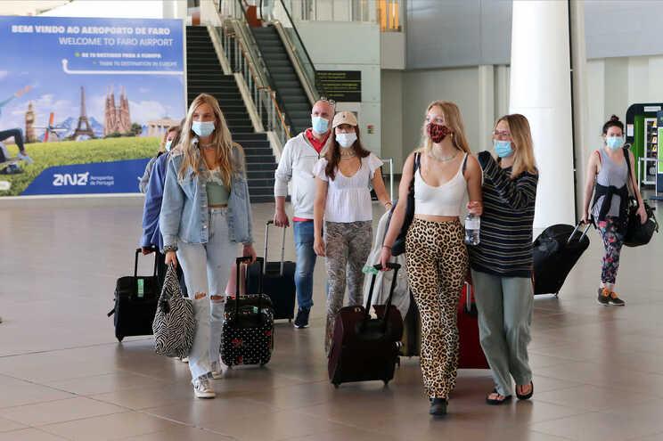 Chegada de turistas ingleses ao Aeroporto de Faro
