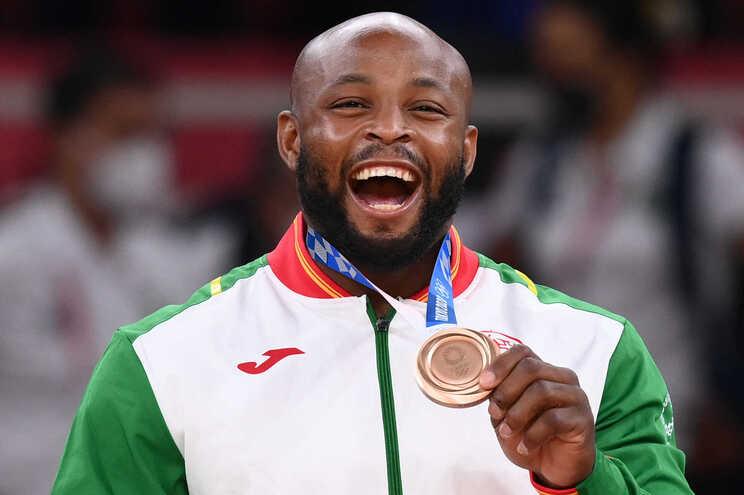 A medalha de bronze na mão do atleta português