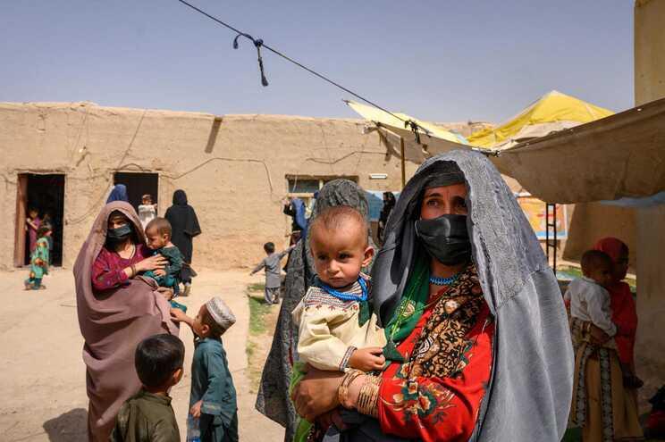 Milhares de afegãos, em Cabul, tentam fugir do país e muitos dirigiram-se para o aeroporto internacional