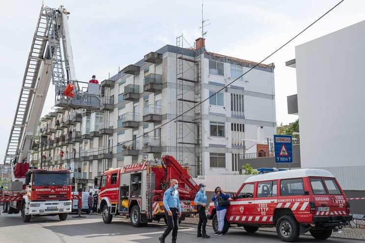 Dois trabalhadores da construção civil morreram ontem, em Almada, quando o andaime onde trabalhavam caiu