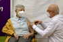 Na Alemanha, Karin Sievers, 84 anos, foi a primeira mulher a ser inoculada com a primeira dose da vacina
