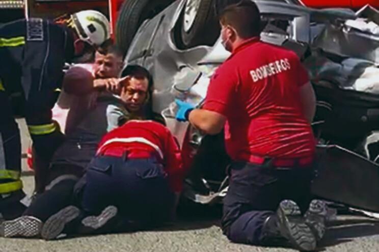 Hugo Ernano com outros automobilistas no socorro inicial e, mais tarde, já com os bombeiros