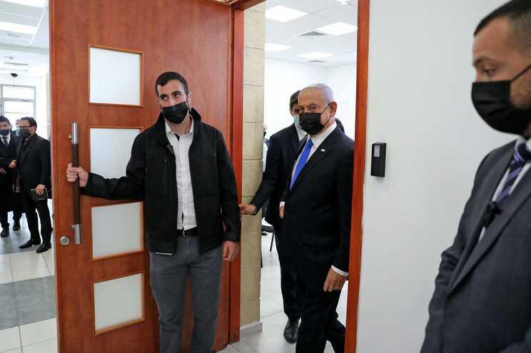 O primeiro-ministro israelita, Benjamin Netanyahu, à chegada ao tribunal distrital de Jerusalem