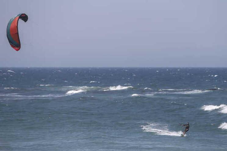 Praticante de kitesurf morre junto à praia do Guincho em Cascais